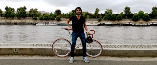 Juan Chope con una bicicleta de piñon fijo en Paris Francia