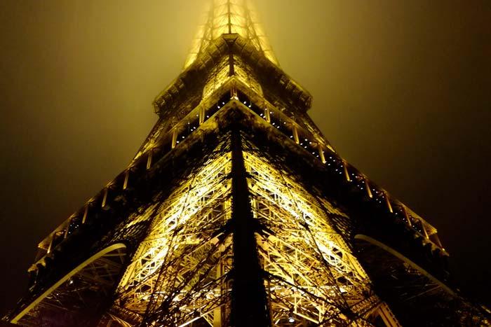 Fotografía de la torre eiffel en la noche